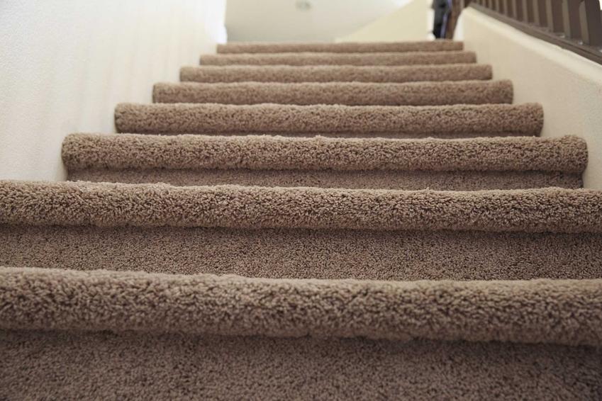 Schody obite wykładziną, czyli wykładzina na schody, a dokładniej wykładzina dywanowa na schody betonowe i inne