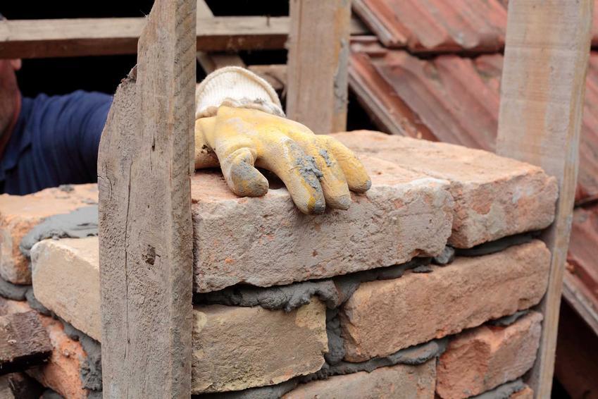 Zaprawa szamotowa czy też glina szamotowa podczas budowy komina jako zaprawa zduńska oraz jej skład i porady, jak stosować
