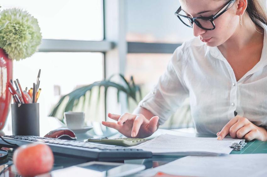 Księgowa w trakcie pracy - cennik usług w biurach księgowych dla osób prywatnych oraz prowadzenie księgowości dla firm.