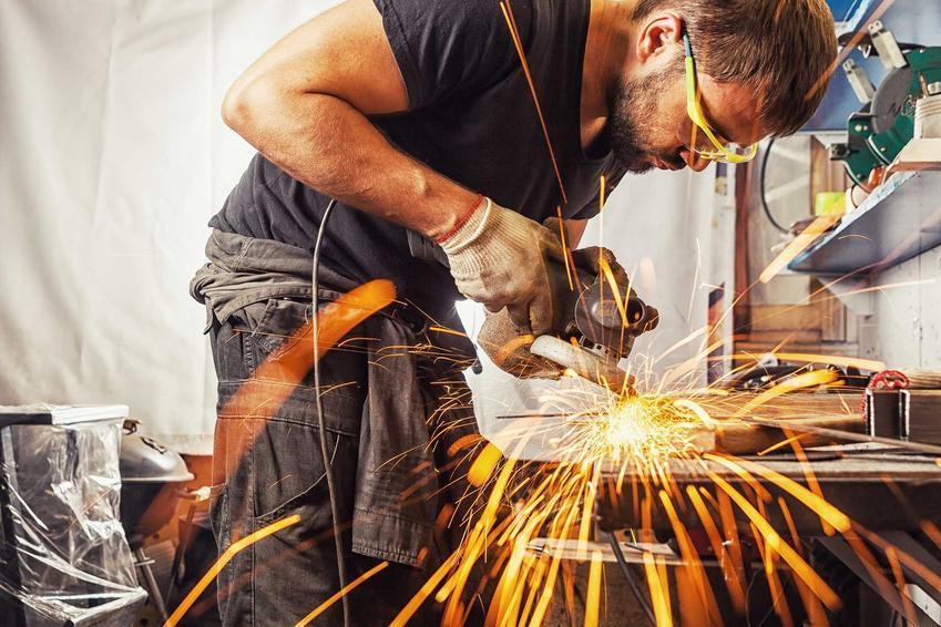 Mężczyzna podczas pracy szlifierką, a także szlifierka parkside oraz polecane modele, jak szlifierka kątowa parkside czy szlifierka oscylacyjna delta parkside