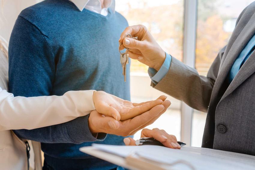 Przekazanie kluczy do mieszkania oraz rękojmia za wady budynku, czyli odpowiedzialność dewelopera i informacje, ile trwa rękojmia na budynek
