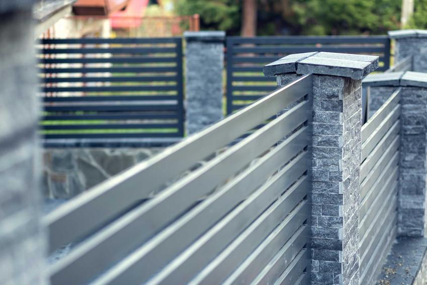 Ogrodzenia palisadowe wokół domu jednorodzinnego oraz ceny płotów palisadowych i za pojedyncze przęsło palisadowe i opinie o produktach