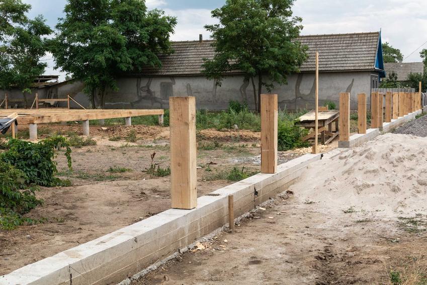 Fundament pod ogrodzenie podczas budowy, czyli murek pod ogrodzenie lub pod płot i podmurówka pod ogrodzenie krok po kroku