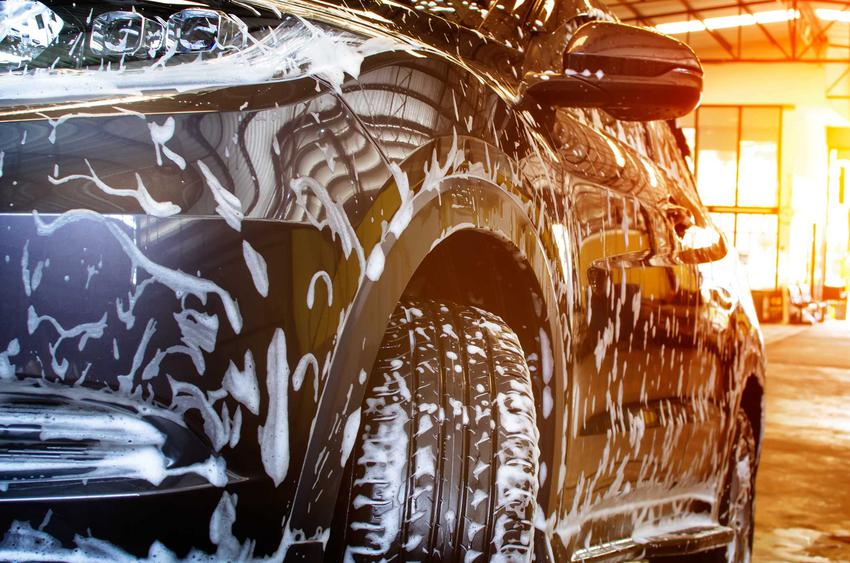 Jakie są koszty w myjniach samochodowych? Oto praktyczny cennik w ponad 160 miastach w Polsce