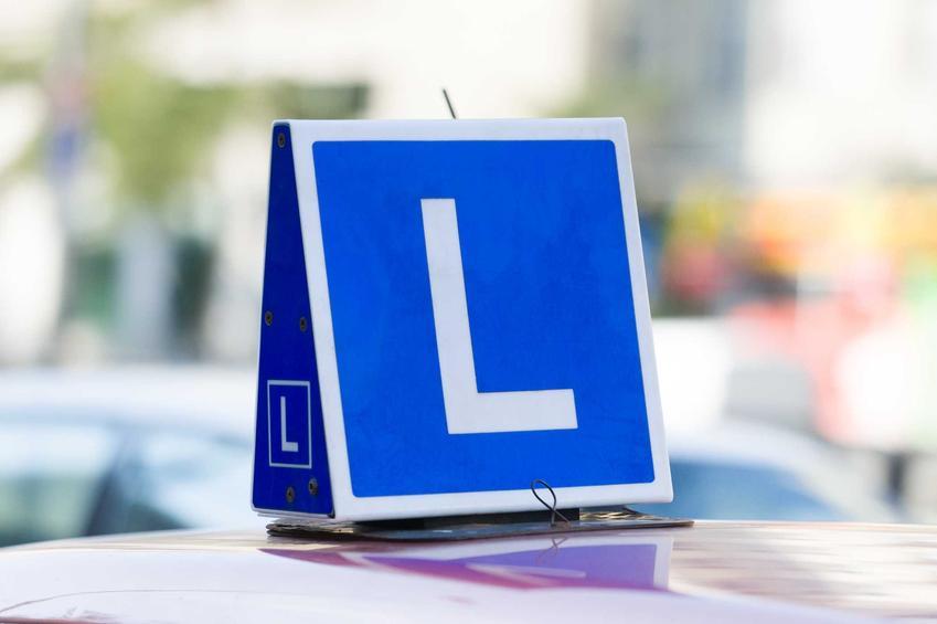 Zobacz, ile aktualnie kosztuje kurs na prawo jazdy w Polsce w różnych miejscach w kraju i sprawdź cenę prawa jazdy