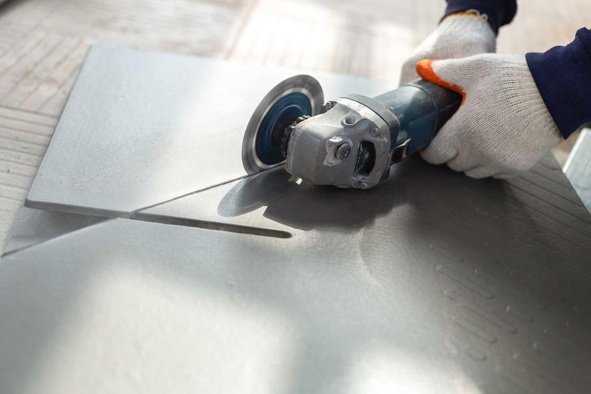 Cięcie płytek specjalną piłą do płytek ceramicznych, a także poradnik praktyczny, najlepsze metody i sposoby