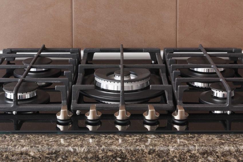 Montaż kuchenki gazowej w blacie przez mężczyznę, czyli podłączenie płyty gazowej i montaż płyty gazowej krok po kroku