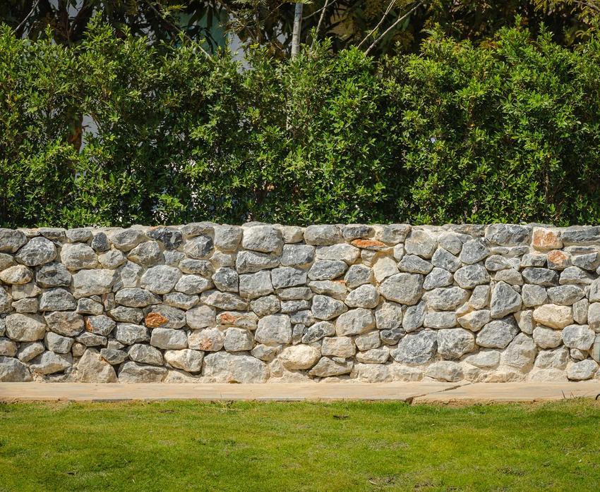 Ogrodzenia z kamienia wokół posesji, czyli ogrodzenia kamienne i koszt ogrodzenia z kamienia naturalnego