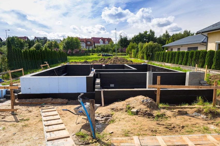 Fundamenty podczas budowy oraz zabezpieczenie fundamentów przed wilgocią, czyli porady czym izolować fundamenty