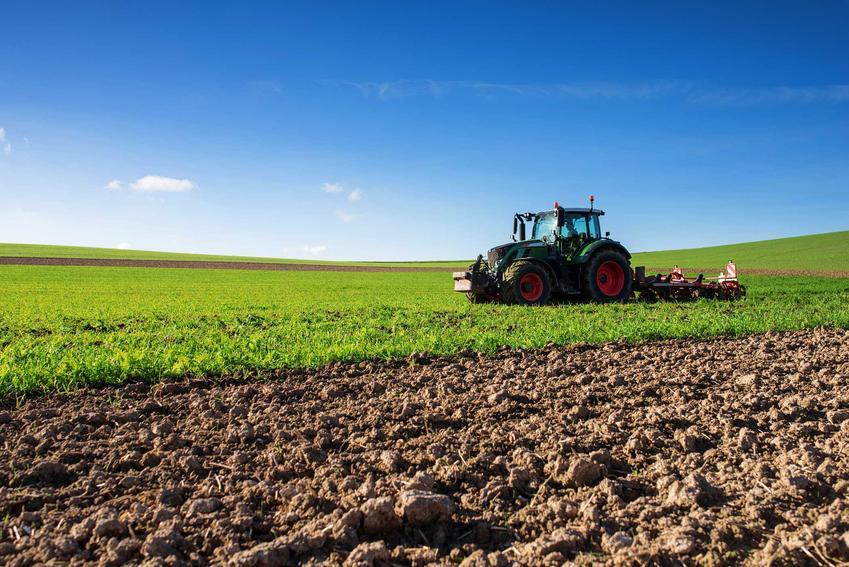 Zobacz, jakie są ceny usług rolniczych w Twojej okolicy, takie na przykład jak oranie pola lub siewy