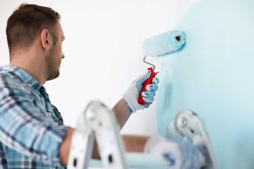 Farba hydrofobowa podczas malowania przez mężczyznę oraz jej właściwości, opinie, zastosowanie i ceny