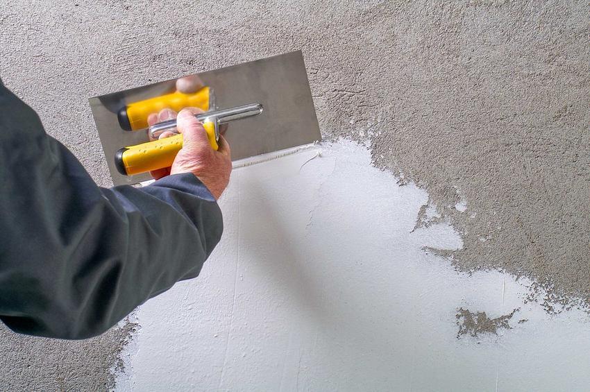 Gips szpachlowy podczas nakładania na ścianę jako popularny gips budowlany oraz porady jak nakładać gips szpachlowy