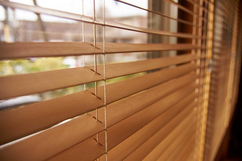 Żaluzje drewniane lub rolety drewniane na oknie jako rolety okienne i ich ceny, zastosowanie, modele oraz opinie