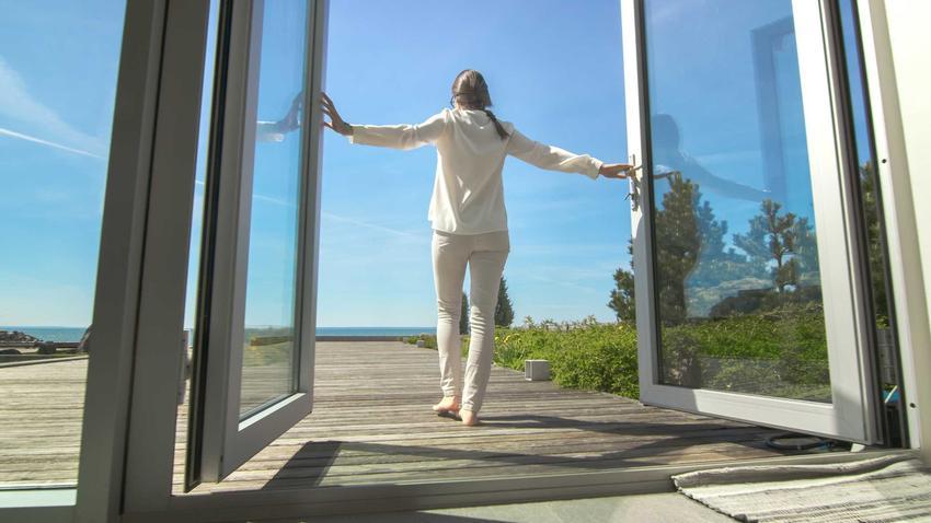 Kobieta w drzwiach, a także drzwi balkonowe dwuskrzydłowe oraz drzwi tarsowe dwuskrzydłowe i ich cena