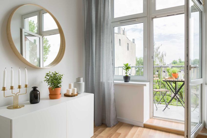 Salon oraz wymiary drzwi balkonowych i wymiary okien balkonowych, czyli standardowe wymiary wyjścia na balkon