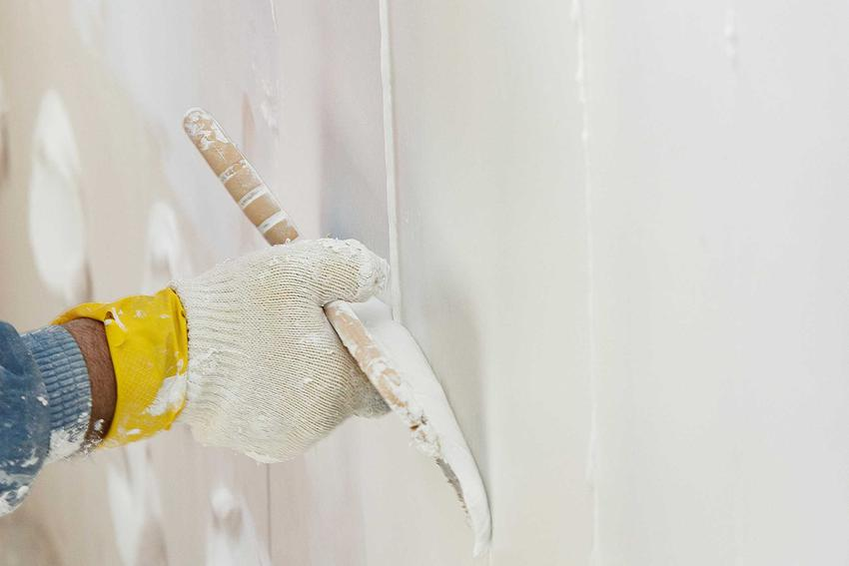 Szpachlowanie płyt gipsowych oraz gipsowanie i kładzenie gładzi szpachlowej na powierzchni płyt gipsowo-kartonowych