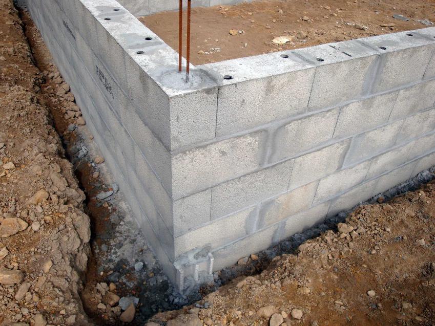 Fundamenty oraz izolacja ław fundamentowych, w tym izolacja pozioma ław fundamentowych oraz sposoby izolacji