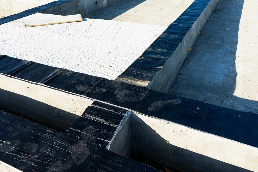Izolacja ław fundamentowych i izolacja pozioma ław fundamentowych oraz praktyczne porady, jak i czym izolować