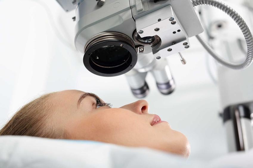 Kobieta u okulisty podczas korekty wzroku, a także aktualne cenniki laserowej korekcji wzroku w całej Polsce