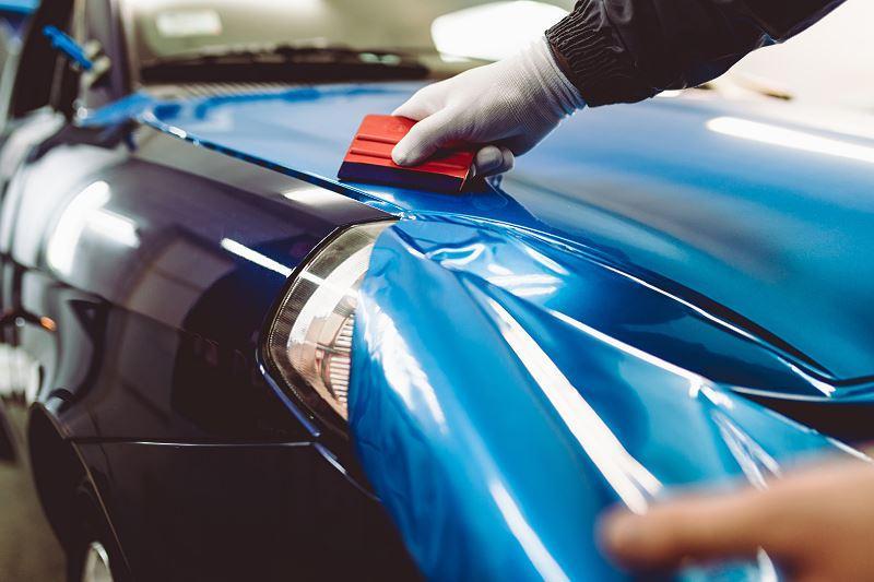Cennik oklejania samochodów folią i naklejania na samochody naklejek i oklein - sprawdź ceny usług oklejania samochodów.