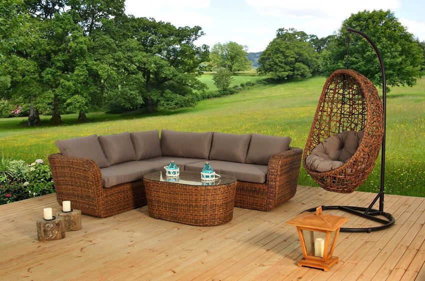 Ekskluzywne meble ogrodowe na tarasie, na przykład meble rattanowe i inne luksusowe meble ogrodowe, drewniane lub kute