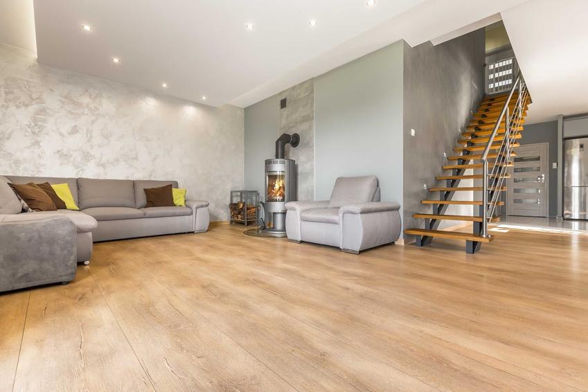 Schody policzkowe w salonie oraz konstrukcja schodów na belkach policzkowych i ich zastosowanie, rodzaje oraz ceny za stopień
