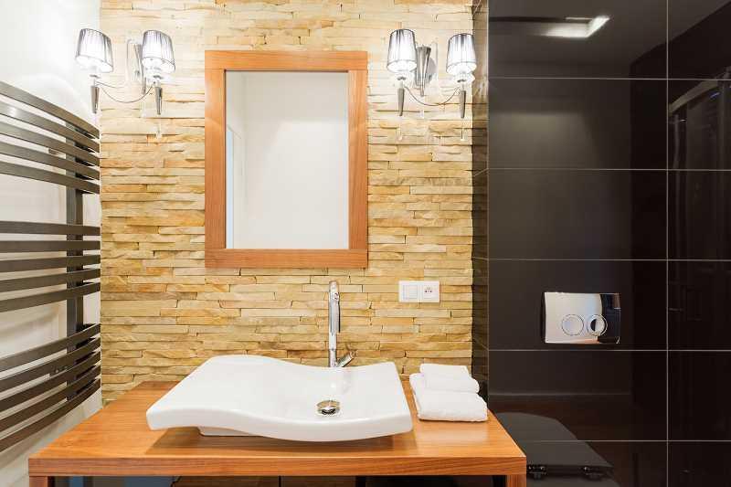 Kamień dekoracyjny na ścianie w salonie, a także koszt kamienia dekoracyjnego, montaż, zastosowanie, wady i zalety
