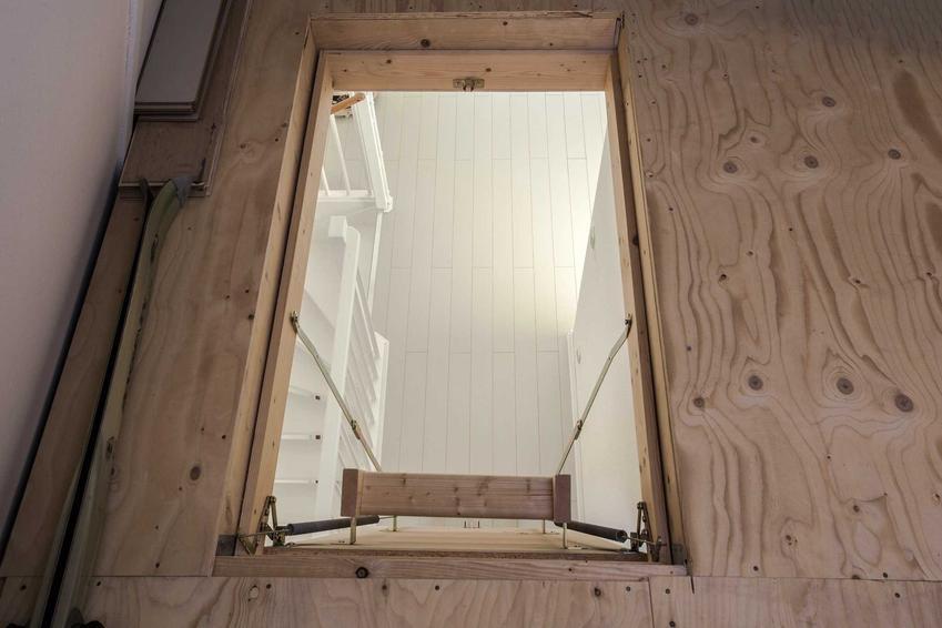 Wyłaz strychowy oraz schody strychowe, w tym także schody podwieszane na strych, producenci, opinie i montaż