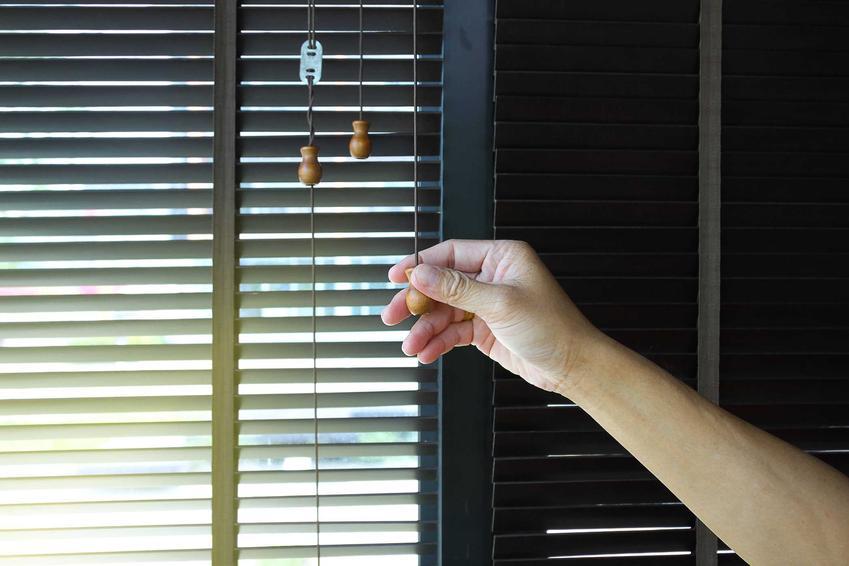 Rolety w castoramie oraz ich ceny i opinie, a także polecane rolety okienne, rodzaje, materiały oraz koszt i montaż