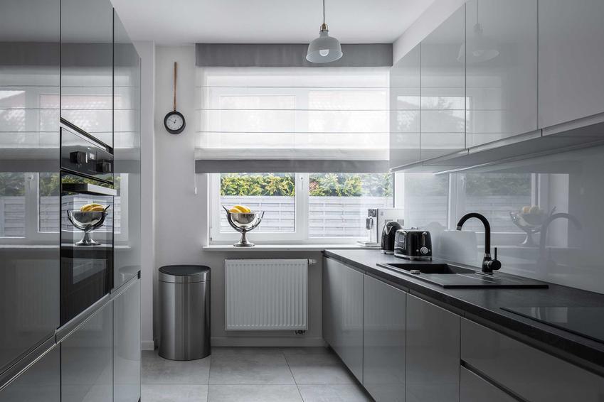 Piękna kuchnia i rolety rzymskie jako rolety do kuchni, a także przykłady rolet okiennych, jak rolety dzień noc
