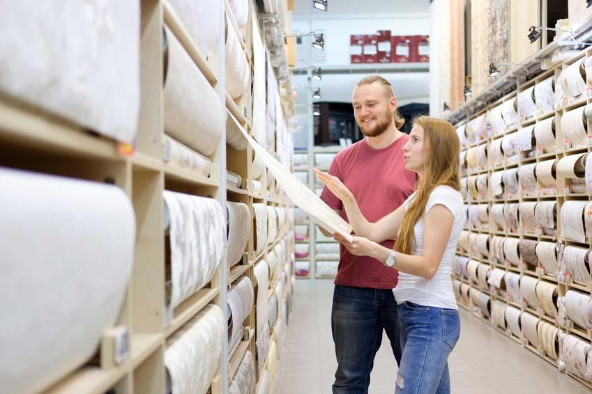 Para oglądająca tapety w castoramie, czyli tapety do sypialni oraz oferta tapet winylowych czy tapet z włókna szklanego