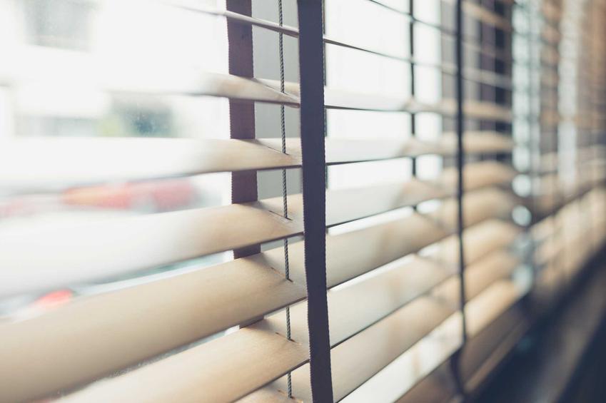 Żaluzje drewniane ikea w oknie oraz wymiary i ceny żaluzji okiennych ze sklepu Ikea oraz inne żaluzje