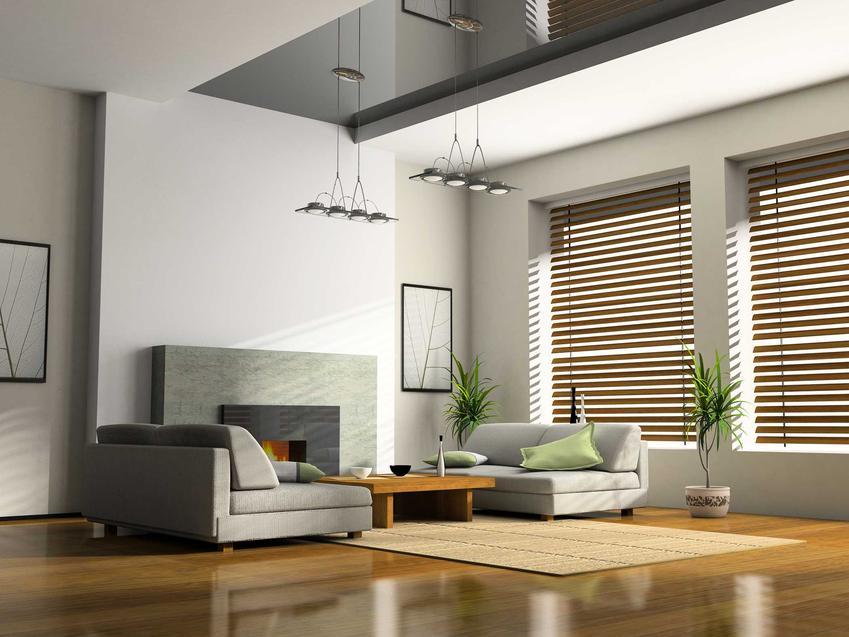 Pięknie zaaranżowany salon oraz żaluzje drewniane ikea w oknie oraz wymiary i ceny żaluzji okiennych