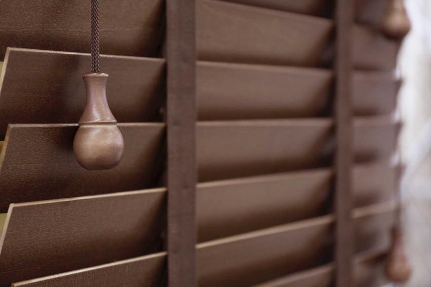 Żaluzje drewniane w Castoramie oraz polecane rolety drewniane w ofercie i ich ceny, zastosowanie i najlepsze modele