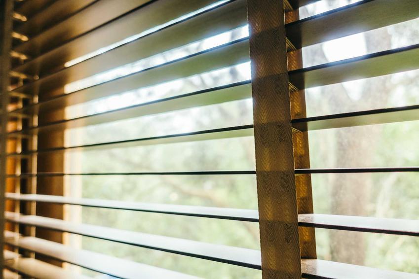 Żaluzje drewniane z Castoramy zawieszone na oknie, a także najlepsze żaluzje drewniane w Castoramie, modele, ceny i opinie