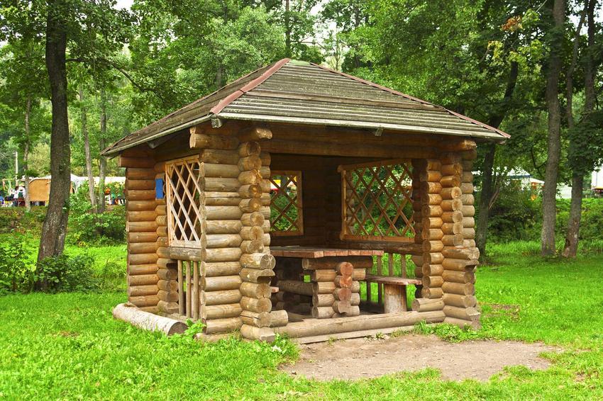 Altany ogrodowe z bali, czyli altanki z bali okrągłych oraz z bali drewnianych, a także ich ceny, zastosowanie oraz opinie