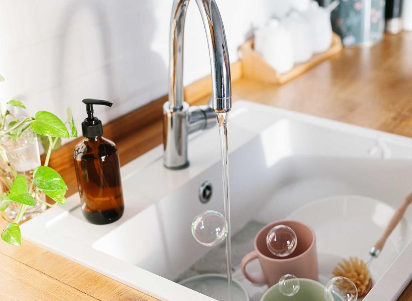 Zlewozmywak ceramiczny, a dokładniej biały zlew ceramiczny jednokomorowy bez ociekacza oraz zastosowanie i aranżacje
