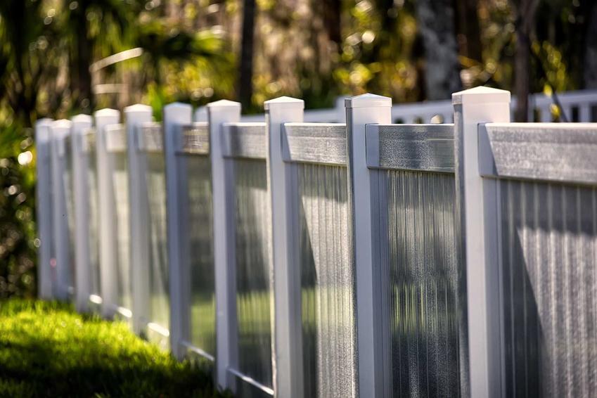 Ogrodzenie domu jednorodzinnego oraz słupki ogrodzeniowe, w tym metalowe słupki ogrodzeniowe i ich cena