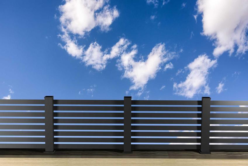 Ogrodzenie na tle nieba oraz słupki ogrodzeniowe, w tym metalowe słupki ogrodzeniowe i ich cena, oraz drewniane słupki do ogrodzenia