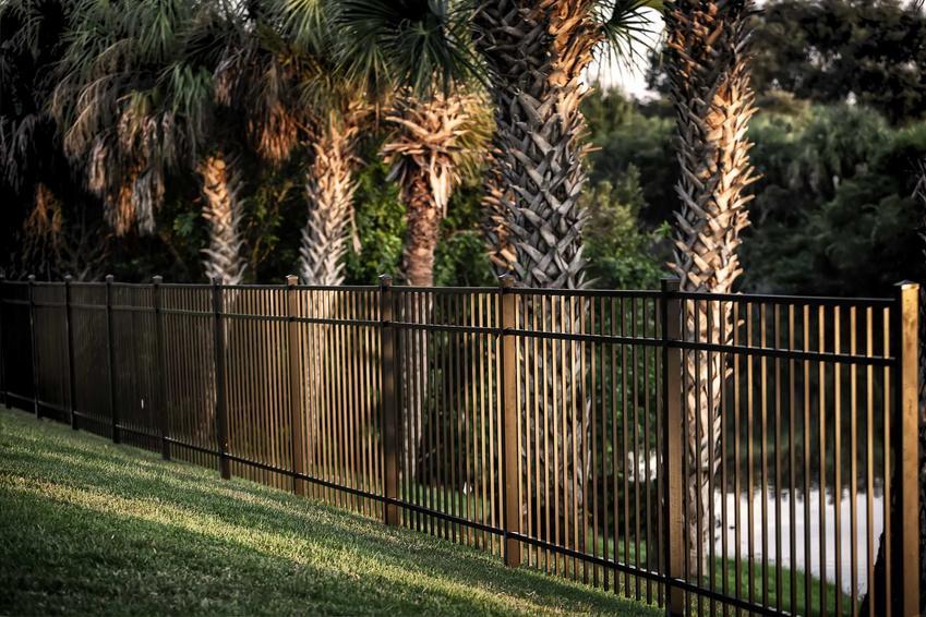 Ogrodzenie palisadowe jako pomysł na ogrodzenie oraz ceny za ogrodzenie domu, a także inne rozwiązania: ogrodzienia modułowe, nowoczesne, metalowe