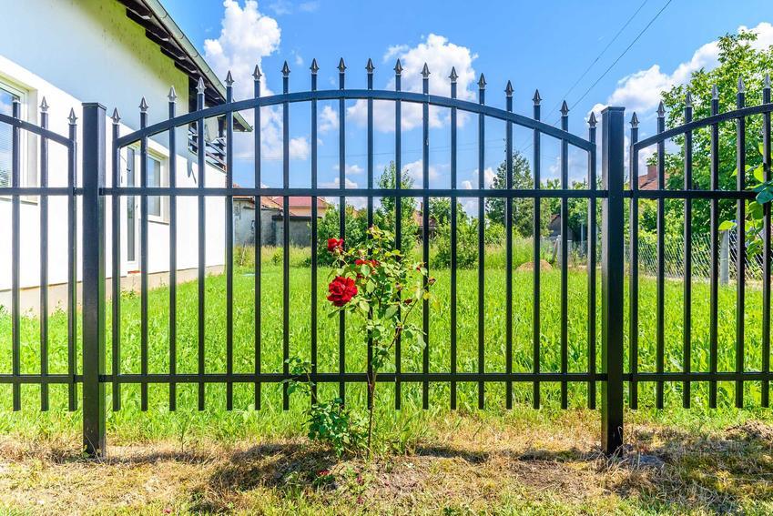 Ogrodzenia z profili stalowych dla domu jednorodzinnego oraz nowoczesne ogrodzenia z metalu oraz stali krok po kroku