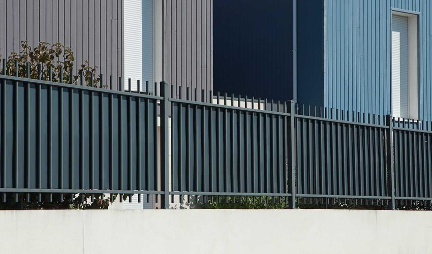 Ogrodzenia z profili stalowych przed budynkiem oraz polecane nowoczesne ogrodzenia metalowe do domu jednorodzinnego