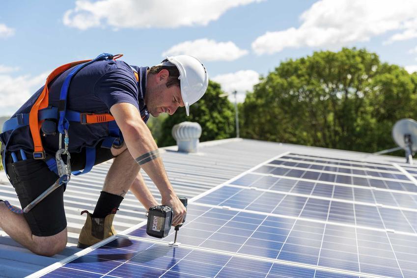 Baterie fotowoltaiczne lub baterie słoneczne podczas montażu oraz szacowane ceny paneli woltaicznych i stopa zwrotu