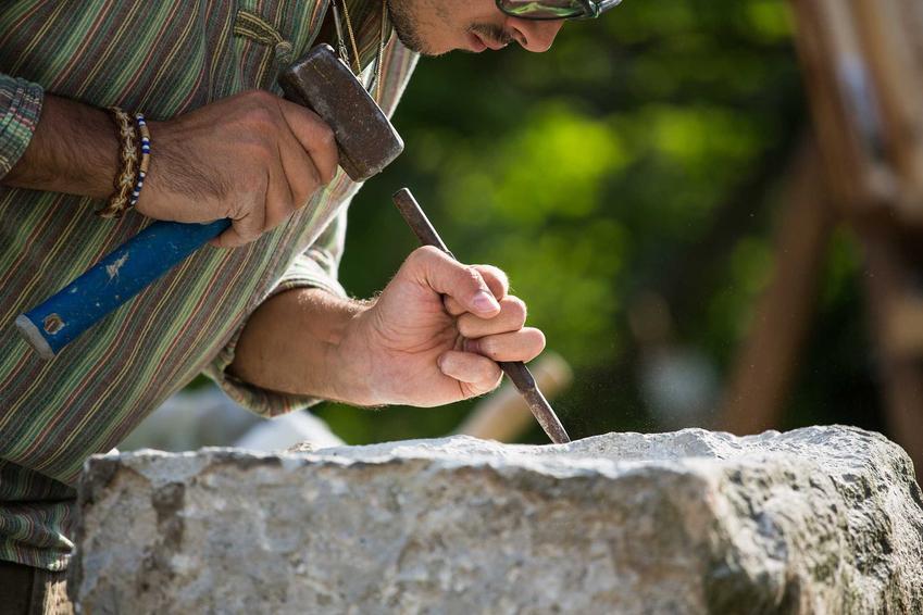Cennik usług kamieniarskich - koszt usług kamieniarskich w zależności od województwa i rodzaju obrabianego materiału.