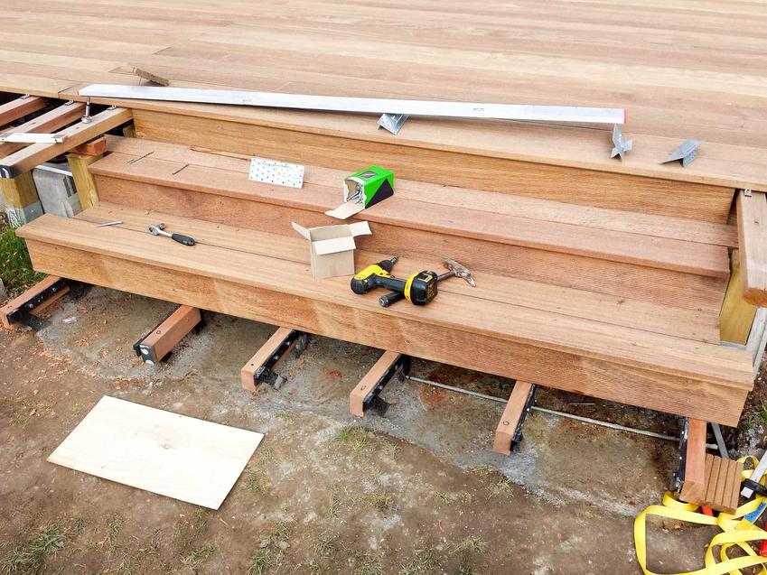 Schody tarasowe drewniane w czasie montażu podczas budowy, ich zalety,  polecane rodzaje i opinie na nich temat