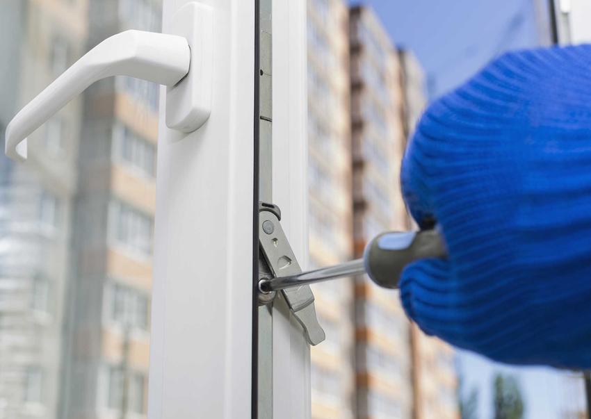 Regulacja okuć okiennych, w tym rodzaje oraz okucia do okien pcv i drewnianych i ceny najpopularniejszych okuć okiennych