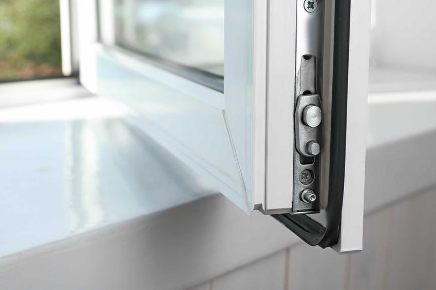 Okucia okienne w oknach plastikowych, w tym popularne okucia do okien pcv i drewnianych oraz ceny okuć okiennych