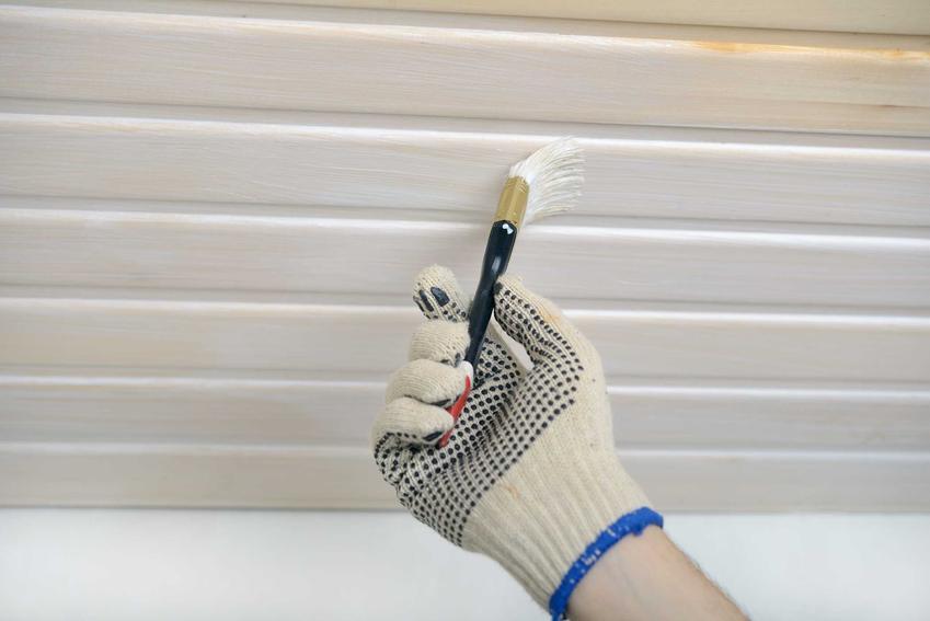 Malowanie boazerii na biało jest bardzo popularne. Warto sięgnąć po farbę do drewna i pomalować kilka warstw, dzięki którym boazeia będzie dobrze pokryta.