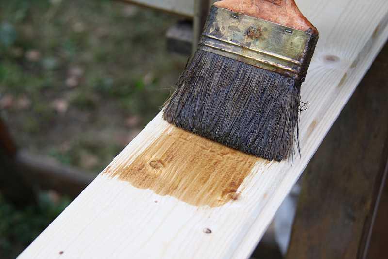 Malowanie boazerii w przedpokoju za pomocą małego pędzelka w przedpokoju, a także jak odświeżyć boazerię i nadać jej nowy wygląd