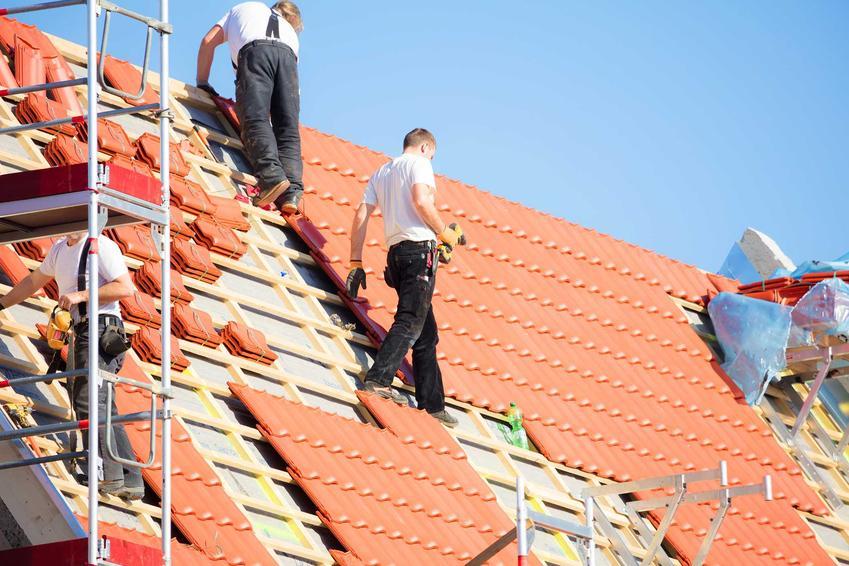 Budowa dachu to bardzo duży koszt, jednak wszystko zależy od tego, jaki ma kształt, wykończenie i tym podobne. Budowa dachu wielospadowego jest droższa